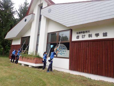 地域の学校の生徒さんによる窓清掃活動のイメージ